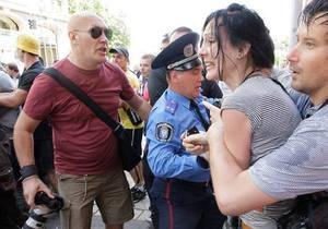 Напад на журналістів - фотограф Влад Содель - журналістка Ольга Сніцарчук - Азаров - Азаров запевнив Сніцарчук, що готовий захистити її кулаками