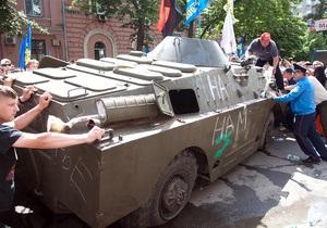 МВС - мітинг - напад під час мітингів - 18 травня - новини Києва - Учасника Конопляного маршу затримали за спробу зупинити БТР під час акції 18 травня