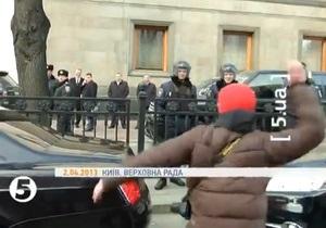 Сніжки - Рада - Партія регіонів - мітинг - Міліція оголосила в розшук трьох людей, які жбурляли сніжками у депутатів
