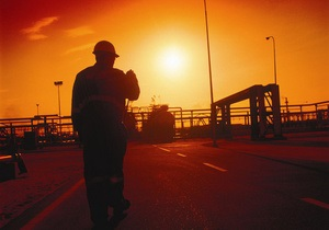 Сотни иракцев заблокировали гигантское месторождение, требуя у российского Лукойла работы