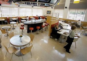 Новини США - ресторан - гроші - У США ресторан повернув пенсіонеру куртку з 14 тисячами доларів у кишені