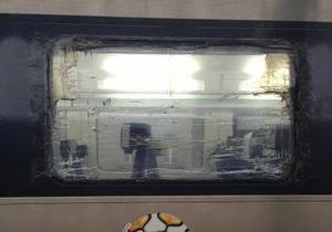 Выбитое окно в скоростном Hyundai заклеили скотчем - очевидец