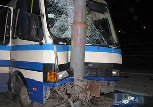 У Києві автобус врізався у стовп, є постраждалі