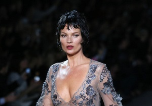 Paris Fashion Week: Кейт Мосс повернулася на подіум, а Марк Джейкобс вийшов до гостей у піжамі