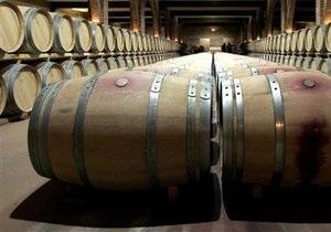 В Италии неизвестные вылили из бочек в погребе десятки тысяч литров дорогого вина