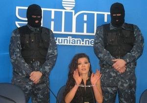 Руслана дала прес-конференцію в наручниках і приєдналася до акції Свободу Павличенкам