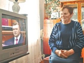 Янукович нагородив свою першу вчительку орденом Княгині Ольги