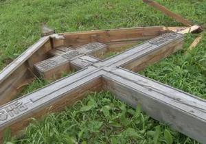 У Росії зрубали ще три хрести. РПЦ: Це справа честі наших правоохоронних органів