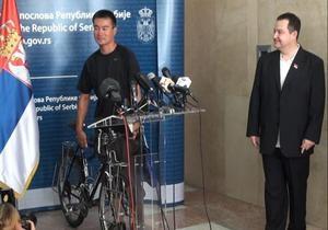 Сербський прем єр-міністр повернув японському мандрівникові вкрадений у Белграді велосипед