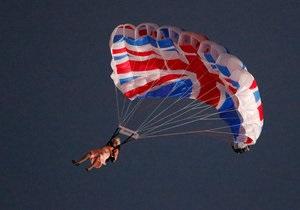 Двойники королевы Великобритании и Джеймса Бонда спустилась на стадион Лондона на парашютах