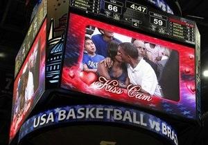 У Білому домі пояснили, чому Мішель Обама не відразу поцілувала чоловіка на матчі