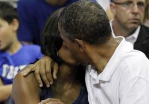 Баскетбольное безумие. Kiss Cam заставила Обаму целоваться с женой на матче США - Бразилия