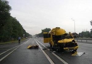 На трасі Київ - Чоп мікроавтобус потрапив у ДТП: одна людина загинула, є постраждалі