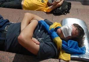 Громадські активісти під Українським домом припинили голодування