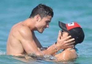Фотогалерея: Показали тело. Роналдо со своей подругой на пляже в Сен-Тропе