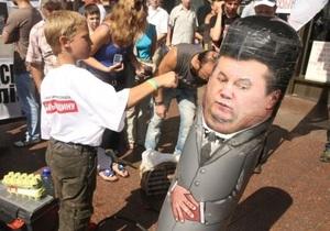 Під Українським домом б ють грушу із зображенням Януковича