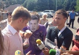 В Одесі Гончаренку подарували яловичий язик, загорнутий у російський триколор