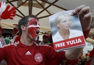 Во Львове иностранным болельщикам раздавали футболки с надписью Free Yulia
