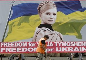 Під час матчу у Харкові євродепутати розгорнули плакати із закликом звільнити політв язнів