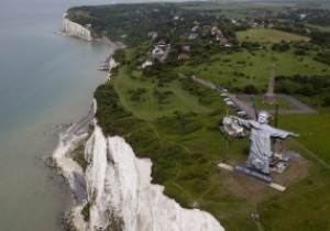 Рой-Спаситель. Англійські букмекери підкололи Францію 30-метровою статуєю