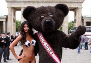 Фотогалерея: Тело в дело. Немецкая модель эффектно проводила сборную Германии на Евро-2012