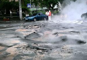 Прорив труби в центрі Києва: На перехресті двох вулиць повністю перекрили рух