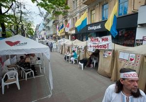 Київська влада повідомила, що намети опозиції залишаться на Хрещатику під час Євро-2012