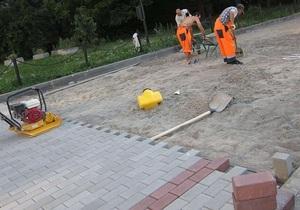 Біля будівлі Мосміськдуми, де планували зібратися гей-активісти, почали терміново міняти плитку