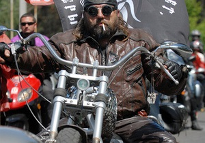 У Москві близько 200 байкерів біля посольства Іраку вимагають звільнити чотирьох росіян