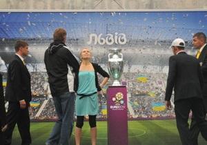 Во Львове арестовали на пять суток активистку FEMEN, напавшую на Кубок Европы