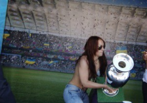 Фотогалерея: Подвійний удар. FEMEN знову атакували Кубок Європи