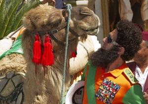 Фотогалерея: Верхи на верблюді. Саша Барон Коен на відкритті Канського кінофестивалю
