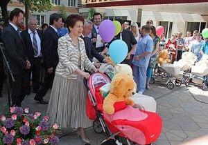 Дружина Януковича відсвяткувала День матері у пологовому будинку