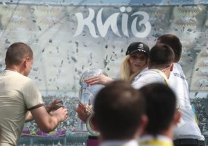 У Києві напали на Кубок Євро-2012 і пошкодили його