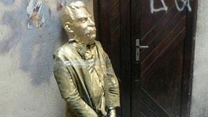 В трьох містах України журналістам показали муляж Сталіна на колінах