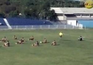 Сербские футболисты устроили сидячую забастовку прямо во время матча