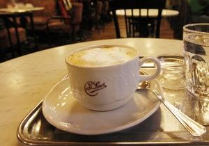 Фізики встановили причину розпліскування кави під час ходьби