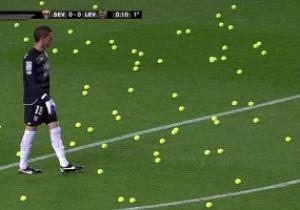 В знак протеста. Болельщики Севильи забросали поле теннисными мячиками
