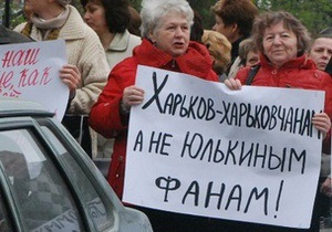 Противники Тимошенко танцюють біля будівлі суду, прихильники співають псалми