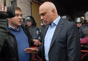 Чоловік Тимошенко назвав Азарова  старим елементом в політиці