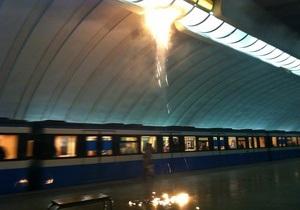 Станція метро Осокорки відновила роботу, запах диму відчувається досі