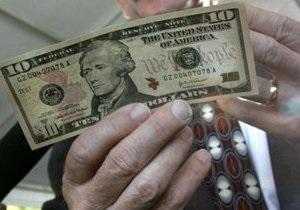 Долар стрімко дорожчає щодо всіх світових валют
