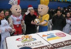 В Донецке испекли огромный торт с символикой Евро-2012