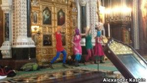 У Москві феміністки влаштували   панк-молебень   у храмі Христа Спасителя