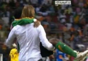 Тренер Замбии отнес травмированного футболиста на поле, чтобы отпраздновать победу в Кубке Африки