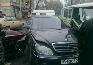 Поспішав на службу: В Одесі священик УПЦ МП на Mercedes 500 SL врізався в два автомобіля