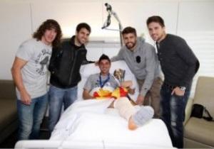 Игроки Барселоны принесли травмированному Вилье кубок в больницу