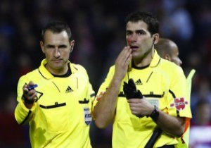 В матче чемпионата Испании брошенный болельщиком зонт травмировал судью