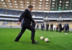 Фотогалерея: Президент-бомбардир. Янукович поиграл в футбол на НСК Олимпийский