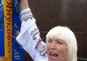 Жінка, котра пошкодила вінок Януковича, оскаржить свій вирок